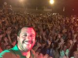 Bagno di folla per Salvini che canta Vita spericolata (video)