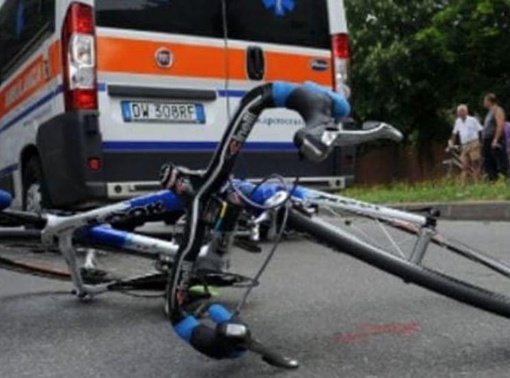 Bimbo in bici investe donna in centro: frattura a un piede