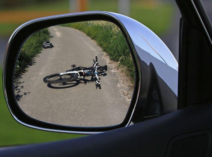 Urta bici e scappa col suv: tutto in un video